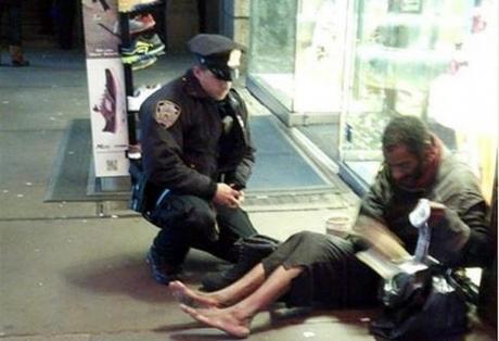 αστυνομικός και άστεγος