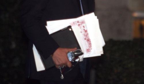 Το χέρι που κρατάει τα χαρτιά ανήκει στον Στουρνάρα. Το στιγμιότυπο είναι από την έξοδό του από το Μαξίμου μετά το πέρας της προσφατης σύσκεψης των τριών. Ανάμεσα στα χαρτιά του διακρίνεται πώς αντιμετώπισε ο ίδιος την συζήτηση που διημείφθη. Για το γεγονός ότι δεν τα κρύβει μπορεί κανείς να υποθέσει πολλά πράγματα...