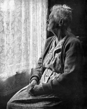 ηλικιωμένη στο παράθυρο