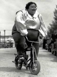 Χοντρή σε μικρό ποδήλατο