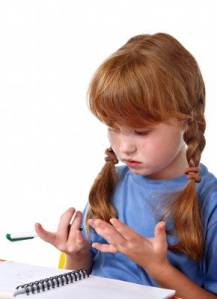 Κοριτσάκι μετράει στα δάχτυλα