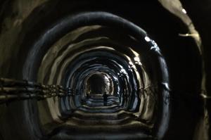 Εικόνα Άνθρωπος σε σκοτεινό τούνελ