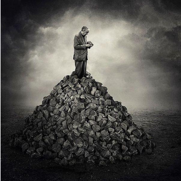 Άνθρωπος βγαίνει μέσα από τούβλα